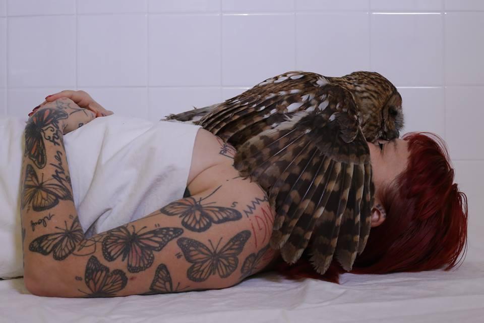 fille-de-la-nuit-autoportrait-a-la-chouette.-photographie-couleur-octobre-2018-photographie-virginie-nugere–lydie-jean-dit-pannel